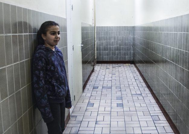 Image: unicef.nl Een meisje in de gangen van azc Grave credits Stichting de Vrolijkheid - Petra Katanic